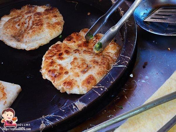 桃園龍潭美食-鮮肉蔥油餅-二代傳承的老味道,四個小時就清空 @民宿女王芽月-美食.旅遊.全台趴趴走