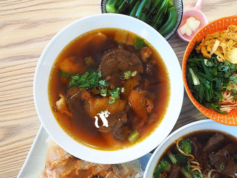 桃園中壢美食-山城亭-在田中央的牛肉麵,湯頭精緻好喝,還有好吃的日式雪花餃子
