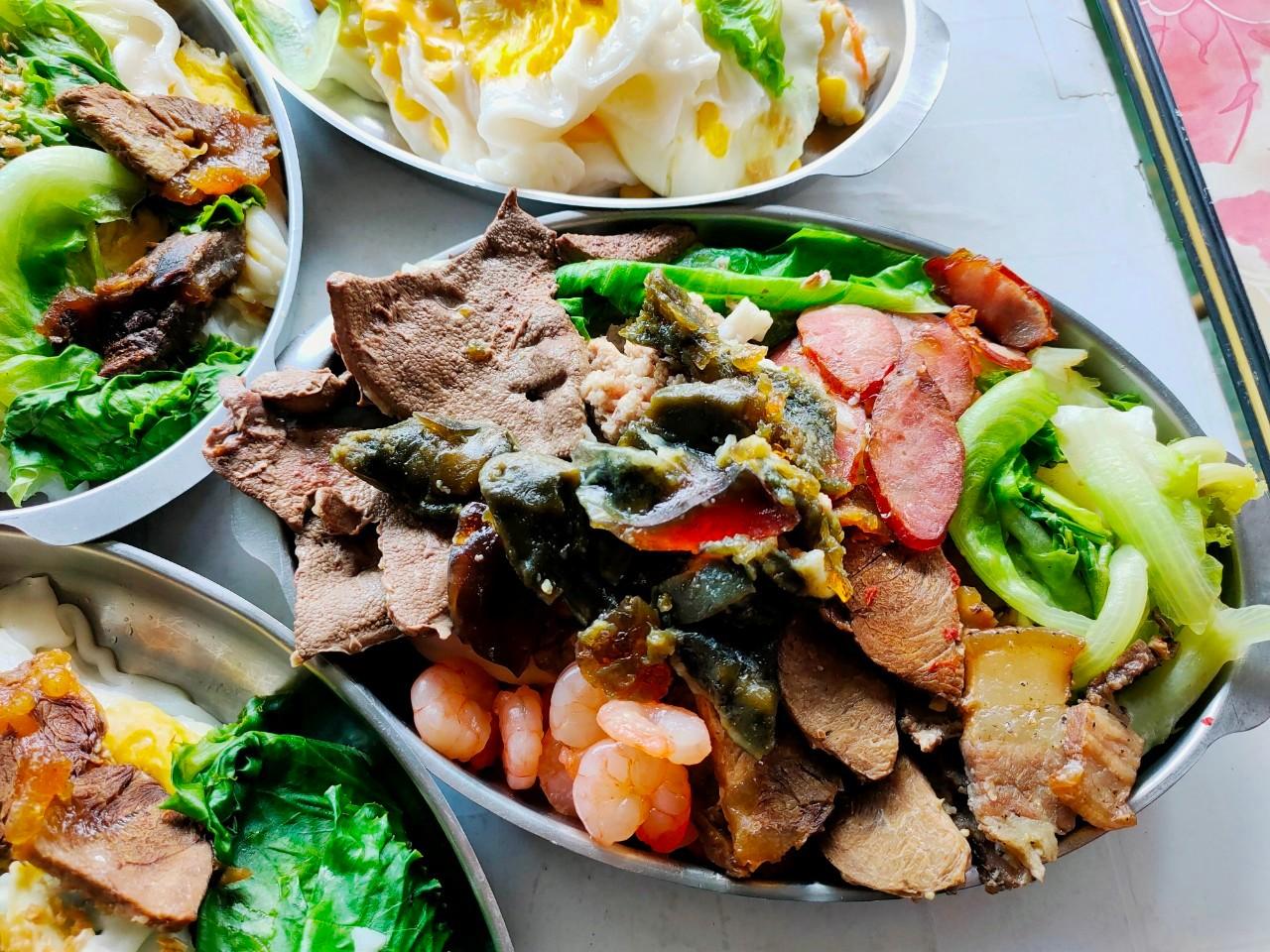 最新推播訊息:這家湖南人賣的廣東腸粉料好多,牛腱子.皮蛋.豬肝通通有,大份量讓你吃撐~老虎醬超辣!